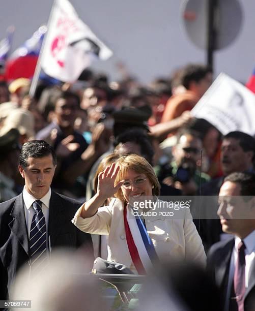 Michelle Bachelet nueva presidenta de Chile saluda a ciudadanos congregados en la comuna de Casablanca 70 km al oeste de Santiago en su primera...