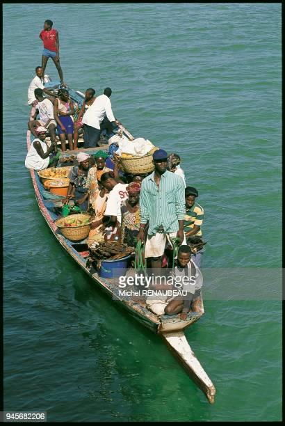 Casamance pirogue de transport venant livrer le fret aux bateau qui relie ZIGUINCHOR et DAKAR SENEGAL