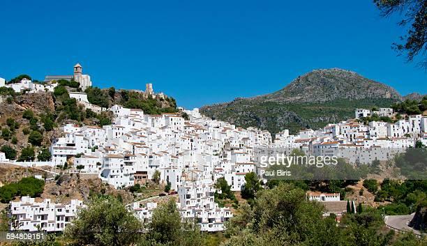 casares andalucian white village - indigo casares fotografías e imágenes de stock