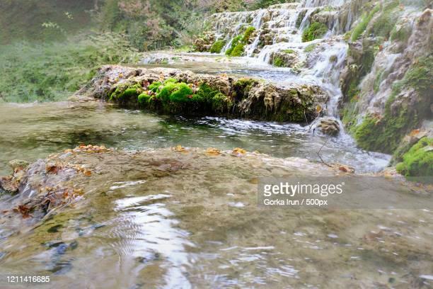 cascada de orbaneja del castillo cascades, escalada, burgos, spain - orbaneja del castillo photos et images de collection