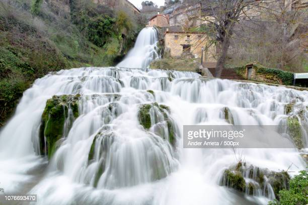 cascada de orbaneja del castillo, spain - orbaneja del castillo photos et images de collection