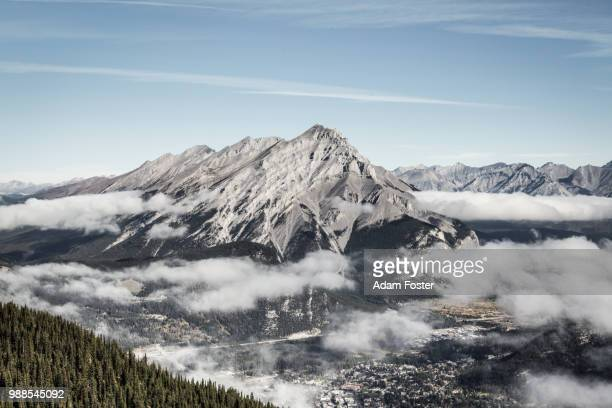 cascade mountain peak, alberta, canada - canadian rockies stockfoto's en -beelden