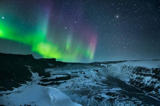 Cascata di Gulfoss di notte con aurora boreale - gettyimageskorea