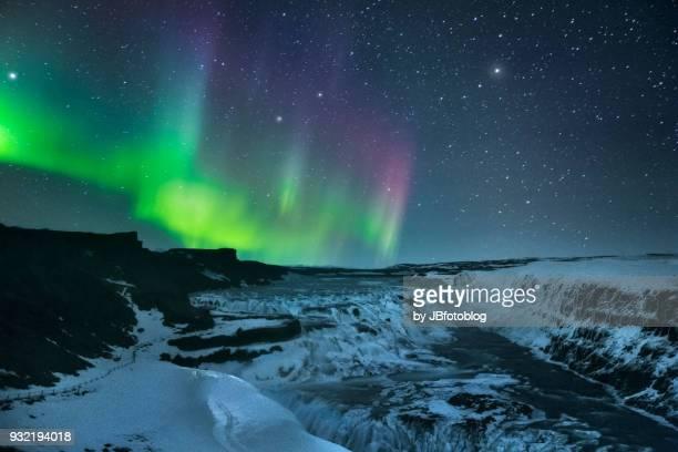 cascata di gulfoss di notte con aurora boreale - islande photos et images de collection