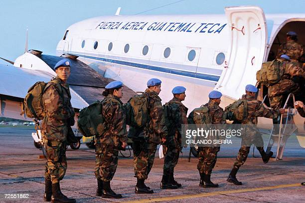 Cascos Azules del Ejercito de Guatemala abordan un avion TC47 en la base de la Fuerza Aerea Guatemalteca al sur de Ciudad de Guatemala el 30 de...