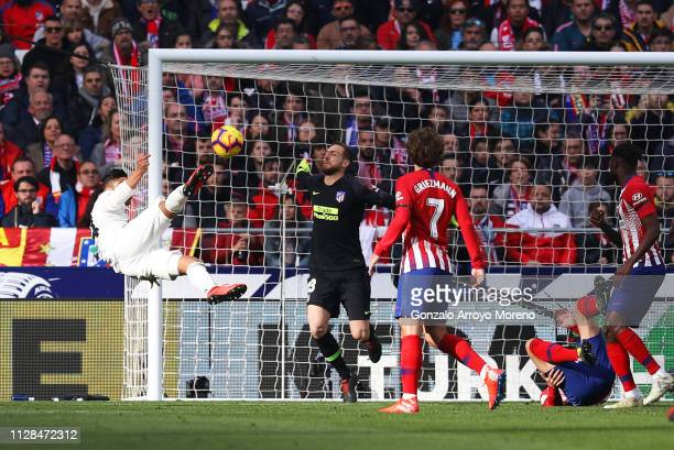 Casemiro of Real Madrid scores his team's first goal past Jan Oblak of Atletico Madrid during the La Liga match between Club Atletico de Madrid and...