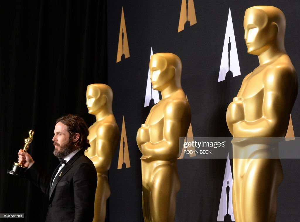 TOPSHOT - Casey Affleck poses in the press room with the Oscar for Best Actor during the 89th Annual Academy Awards on February 26, 2017, in Hollywood, California / AFP / ROBYN