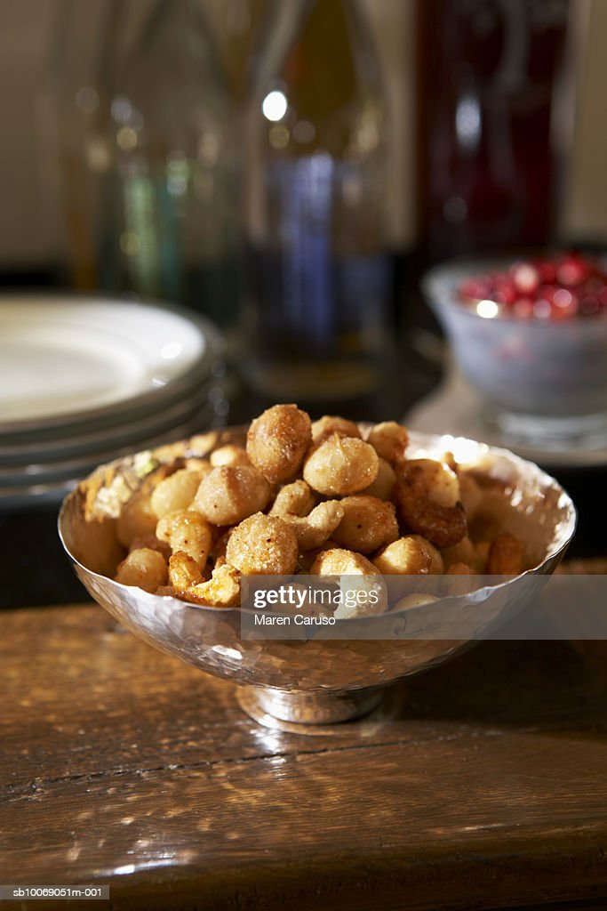 Cashew nuts and macadamia nuts in bowl on table, close-up : Stockfoto