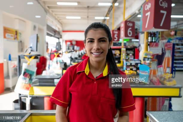 kassiererin arbeitet im supermarkt - kassierer stock-fotos und bilder