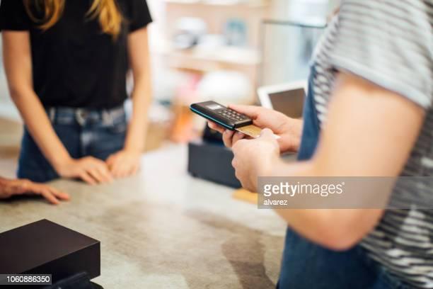 pagamento cashless no café - maquinaria - fotografias e filmes do acervo