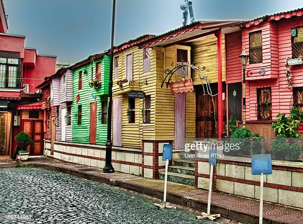 CONTENT] Casitas de madera con sus colores variados en estambul