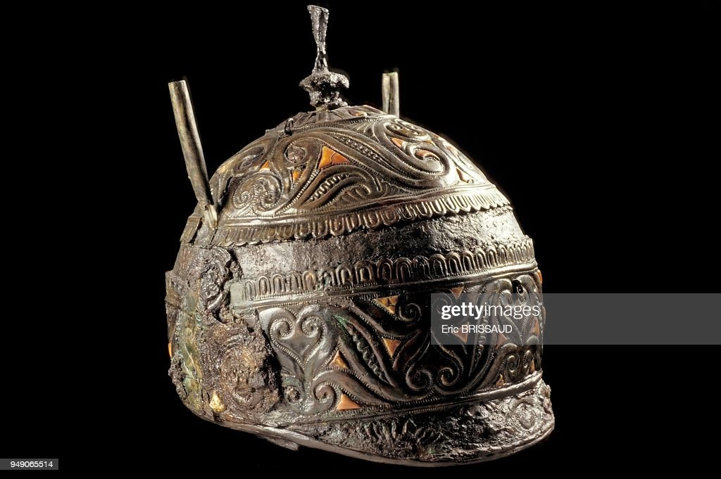 https://media.gettyimages.com/photos/casque-celtique-en-fer-et-corail-dcouvert-en-italie-canossa-prs-de-picture-id949065514