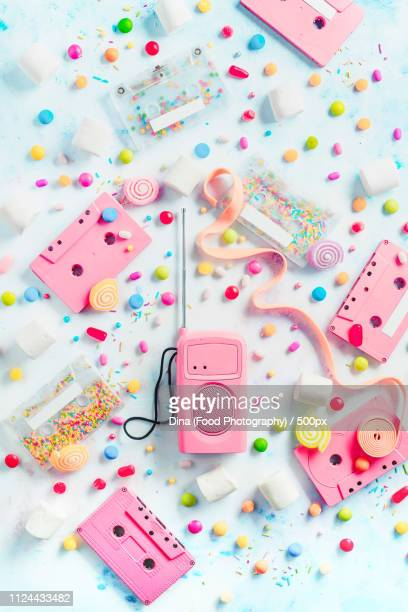 cassette tapes and retro radio player in a pastel colour flat lay with candies, bonbons,... - opslagmedia voor analoge audio stockfoto's en -beelden