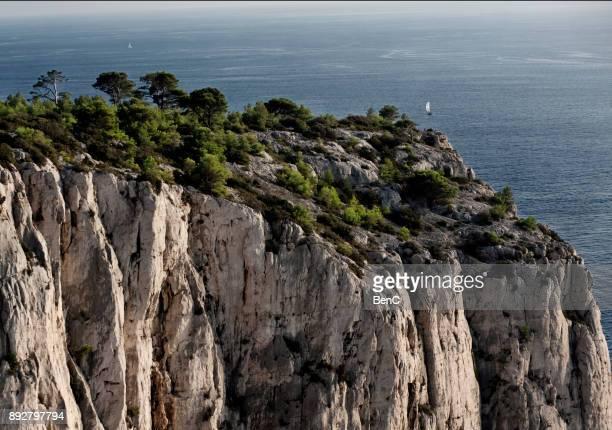 cassis, bouches-du-rhone, france- 12 november 2017: the massif des calanques - falaise photos et images de collection