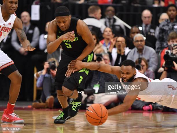 Cassius Winston of the Michigan State Spartans outruns a diving Keyshawn Woods of the Ohio State Buckeyes to a loose ball in the second half on...
