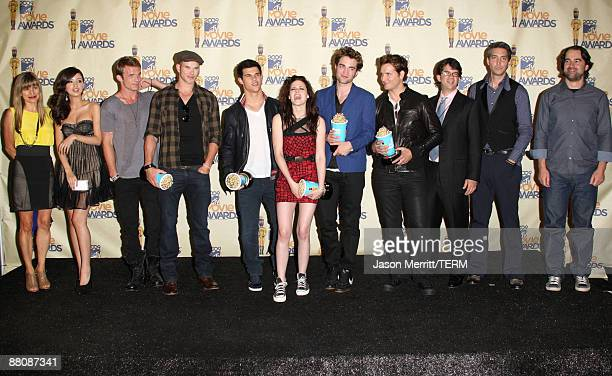 Cast and crew members of 'Twilight' winners of Best Movie Best Kiss Best Fight Best Female Performance and Breakthrough Male Performance awards pose...