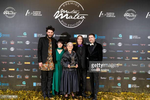 Cast and crew of the film Lo que arde with Oliver Laxe Andrea Vázquez Benedicta Sánchez Amador Arias and Xavi Font with the Mestre Mateo of Best Film...