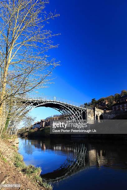 cast iron bridge, river severn, ironbridge town - severn river stock pictures, royalty-free photos & images