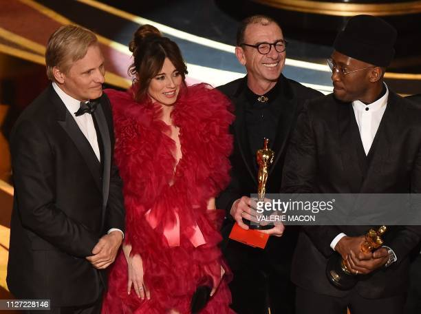 Cast members of Green Book with US actor Viggo Mortensen Linda Cardellini and US actor Mahershala Ali celebrate the Best Picture award onstage during...