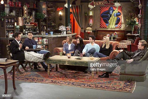 "Cast members of NBC's comedy series ""Friends."" Pictured : Matthew Perry, Matt LeBlanc, Jennifer Aniston, Courteney Cox, David Schwimmer and Lisa..."