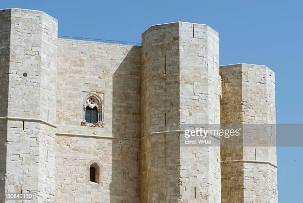 castel del monte (castle of the mount) on the top of a hill in apulia, italy - castel del monte foto e immagini stock
