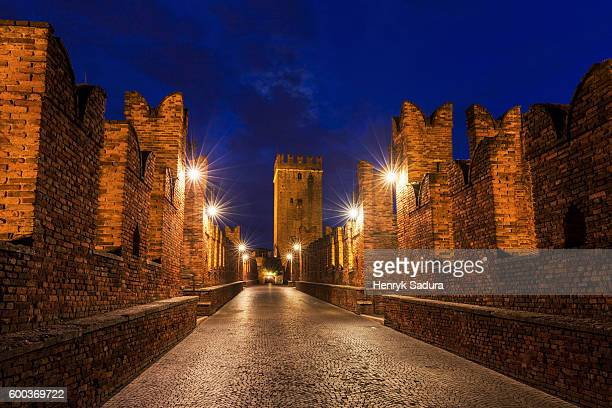 castel vecchio bridge in verona - イタリア ヴェローナ ストックフォトと画像