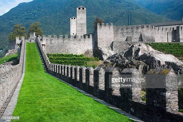 castelgrande, bellinzona, in ticino, schweiz - castle stock-fotos und bilder