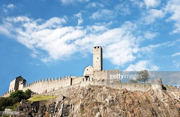 castelgrande, eines bellinzonas schlösser, unesco world heritage in der schweiz. - castle stock-fotos und bilder