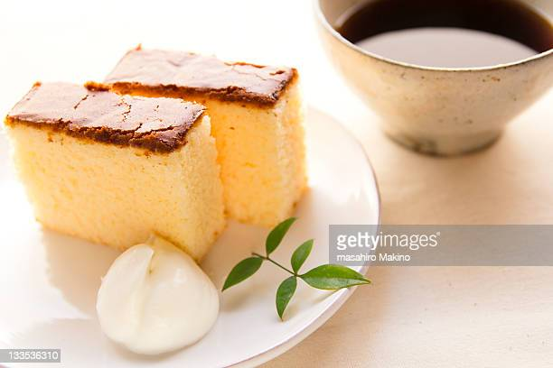 castella in plate - sponge cake stock pictures, royalty-free photos & images