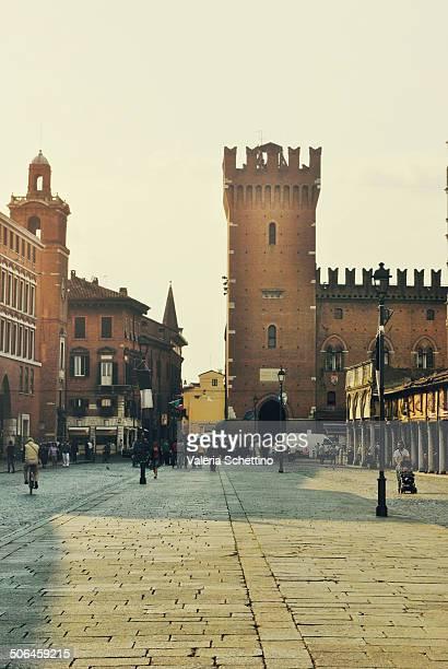 Castello di Ferrara patrimonio dell'UNESCO al tramonto, visto dalla via principale