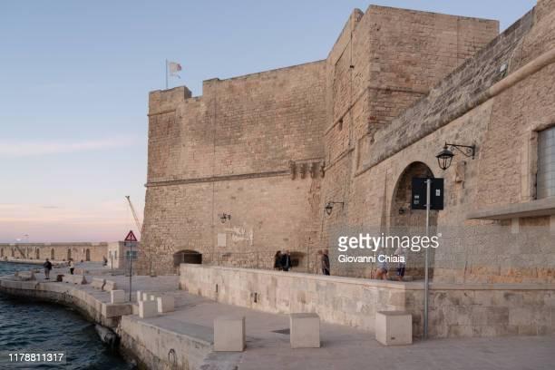 castello di monopoli, puglia, italia - italia stockfoto's en -beelden