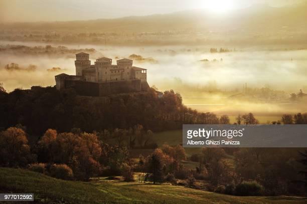 castello di torrechiara on hill at sunrise, parma, italy - パルマ ストックフォトと画像