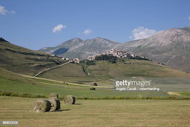 castelluccio di norcia, norcia, umbria, italy, europe - カステッルッチョ ストックフォトと画像