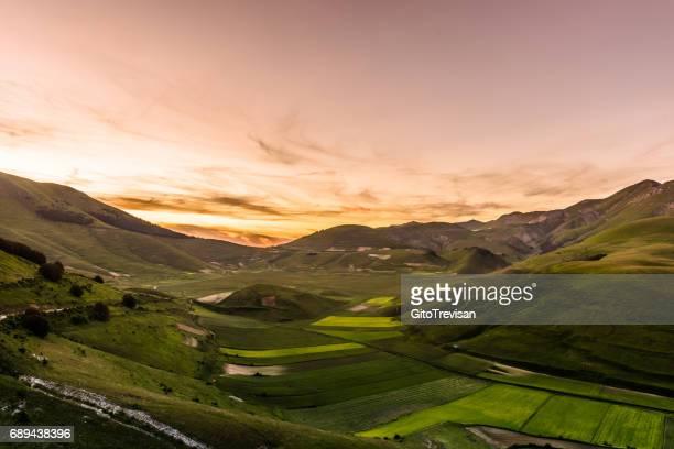 castelluccio di norcia - sunset - parco nazionale d'abruzzo foto e immagini stock