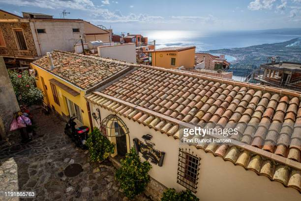 castelmola,taormina,sicily,italy - november 8, 2019/ idyllic pittoresk local small houses with a view over the mediteranian - finn bjurvoll - fotografias e filmes do acervo