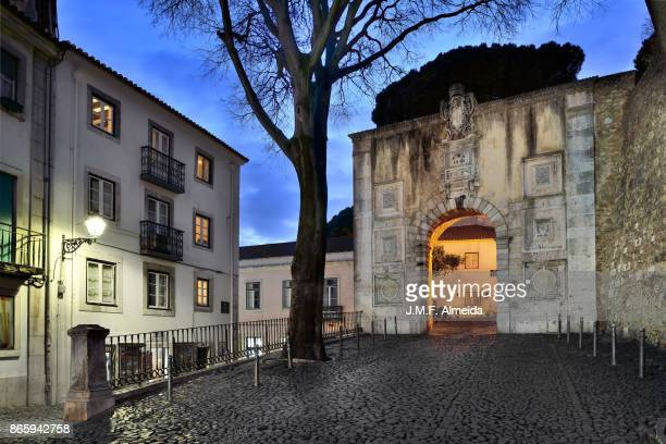 castelo são jorge entrance - provincie lissabon stockfoto's en -beelden