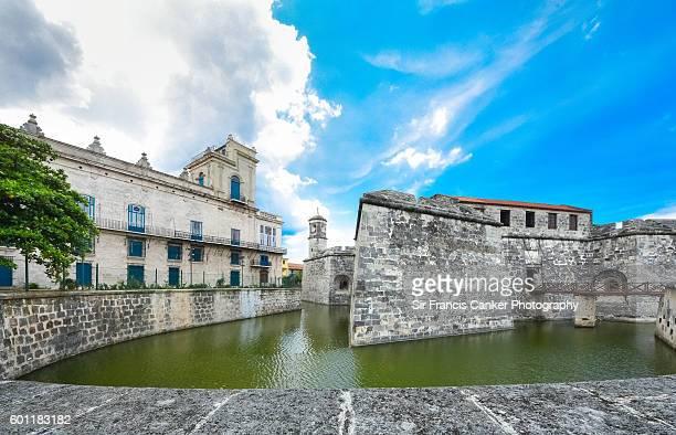 """castillo de la real fuerza and """"palacio del segundo cabo"""" in old havana, cuba - moat stock pictures, royalty-free photos & images"""