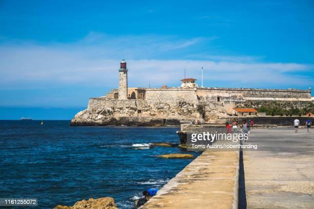 castillo del morro (castillo de los tres reyes del morro), la habana (havana), cuba, west indies, caribbean, central america - três pessoas stock pictures, royalty-free photos & images