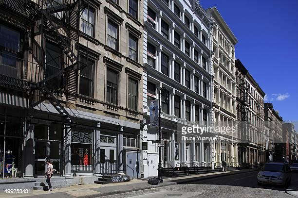 cast-iron architectures in soho - ニューヨーク ソーホー ストックフォトと画像