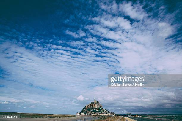 castle against cloudy sky - bortes fotografías e imágenes de stock