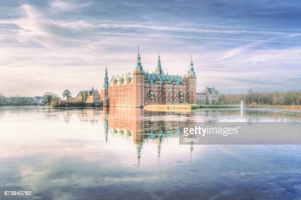 castle by the lake - château de frederiksborg photos et images de collection