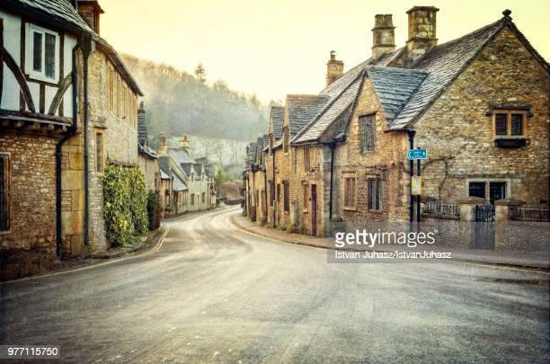 castle combe village, castle combe, wiltshire, england, uk - cidade pequena - fotografias e filmes do acervo