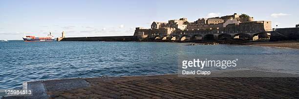 castle cornet and st peter port harbour, guernsey, channel islands - bras de mer caractéristiques côtières photos et images de collection