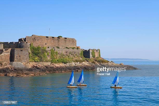 castle cornet, st. peter port, guernsey, channel islands - isola di guernsey foto e immagini stock