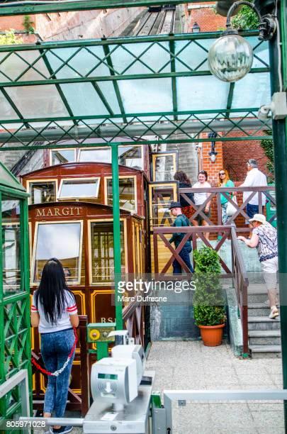 castle hill kabelspoorweg guatapé in boedapest tijdens zomerdag - elevator bridge stockfoto's en -beelden