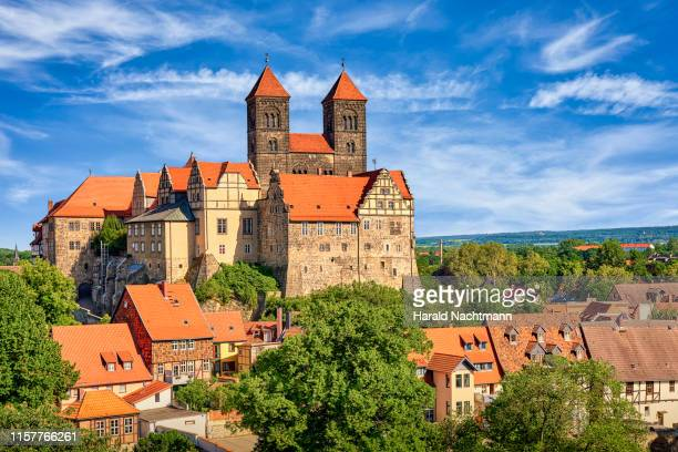 castle hill with collegiate church st. servatii, abbey buildings and half-timbered houses in the foreground, quedlinburg, saxony-anhalt, germany - quedlinburg stock-fotos und bilder