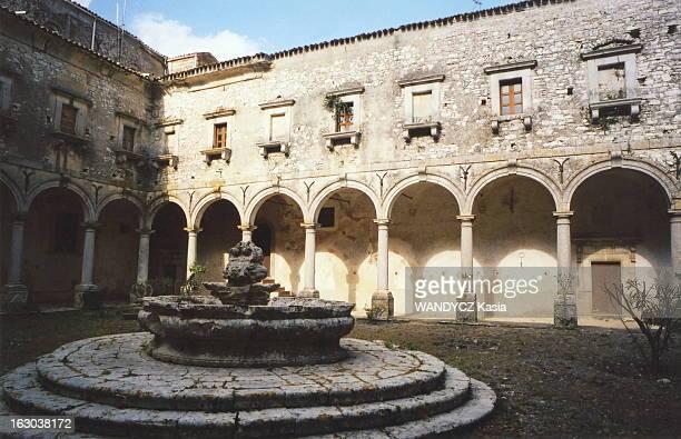 Castle Life In Sicily Le cloître du monastère bénédictin Santa Maria del Bosco transformé en chambres d'hôtes par la baronessa Antonella CHIARAMONTE...