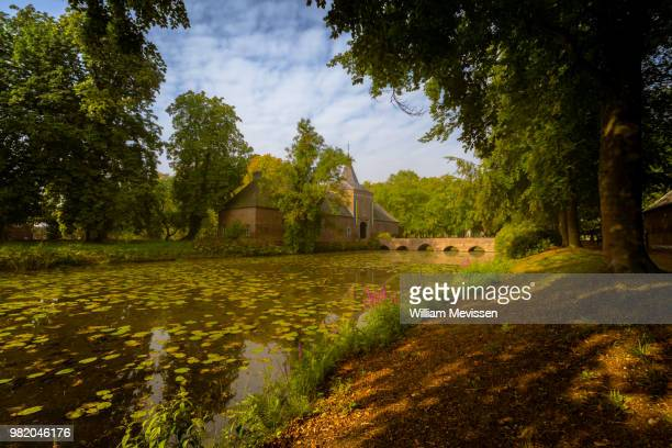 castle moat - william mevissen stockfoto's en -beelden