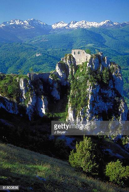 castle on a hilltop, roquefixade, france - アリエージュ ストックフォトと画像
