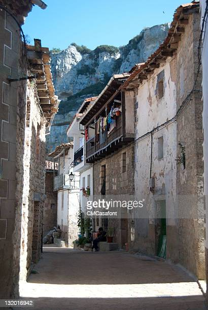 castle street orbaneja - orbaneja del castillo photos et images de collection
